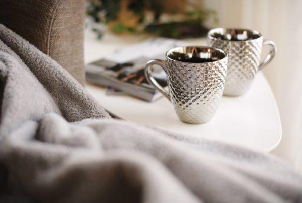 duas canecas de chá branco sobre a mesa