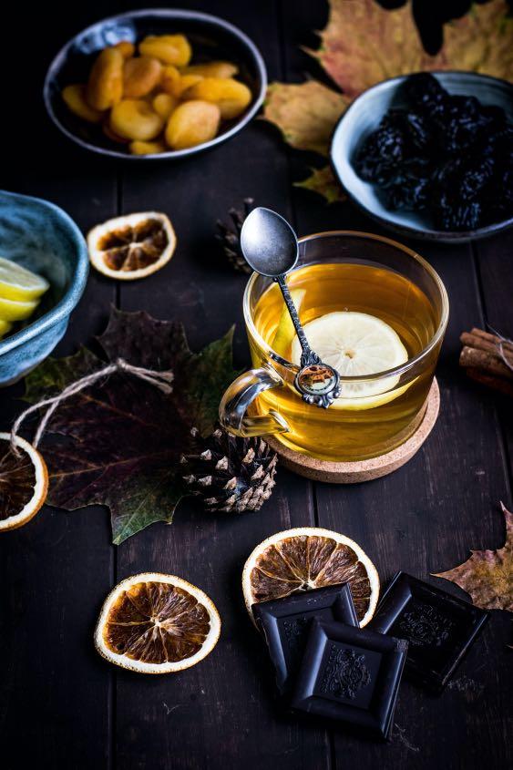 xícara de chá com especiarias ao entorno