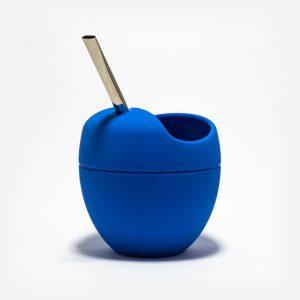 Cuia de Silicone Azul com bomba acoplada. Suporte circular prendendo a bomba. Fundo Cinza Claro. Cuia arredondada. Textura em relevo no centro. Cuia com suporte para bomba. 100% silicone.