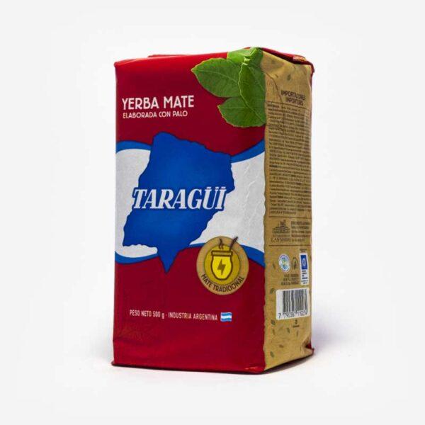 Erva-mate Taragui pacote vermelho em 45º com logo em azul em formato do país da argentina com os dizeres Taragui. Folhas de mate desenhada no canto superior direito.