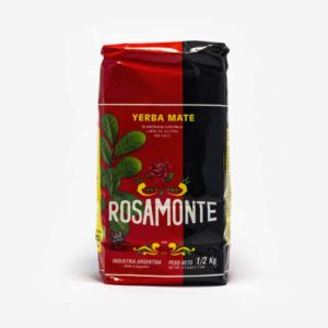 Pacote vermelho e preto da Rosamonte de frente. Erva-mate Argentina de 500g. Fundo da imagem em cinza claro.