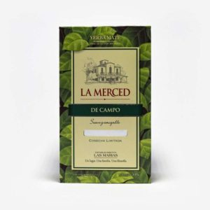 Pacote de La Merced de Campo 500 gramas com folhas de erva-mate verde desenhada por todo ele. Em escrito La Merced em vermelho e De campo em fundo verde escuro.