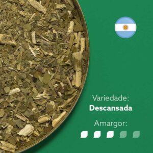 Erva-mate em recipiente em plano detalhe. Fundo verde com bandeira da argentina redonda no canto superior direito. Em escrito: Variedade Descansada. Amargor nível 3 de 5.
