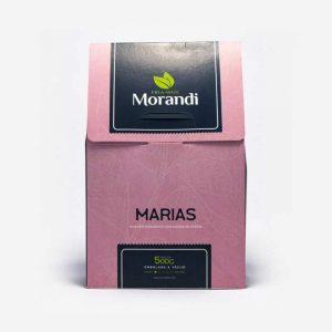 Pacote de Erva-mate Marias na cor rosa 500 gramas, com detalhes quadrados em azul escuro e nome da erva-mate Morandi em branco. Em cima duas folhas verdes de erva-mate. Pacote de 500 gramas.