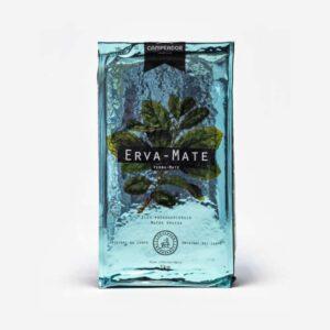 Pacote de Erva-mate Campeador 1 quilo. Campeador 1 quilo. Pacote azul claro laminado. Folha de erva-mate em verde laminado. Em fundo preto, escrito Erva-mate. Padrão Moída Grossa.
