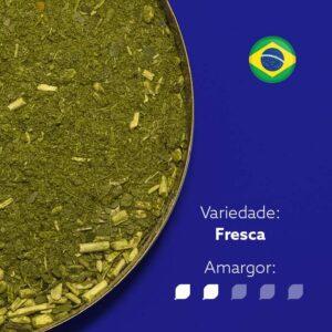 Erva-mate Pantanal em recipiente metálico cortado ocupando metade da imagem. Fundo em azul. Bandeira do Brasil arredonda no canto superior direito. Em escrito: Variedade - Fresca. Amargor 2 de 5 níveis.