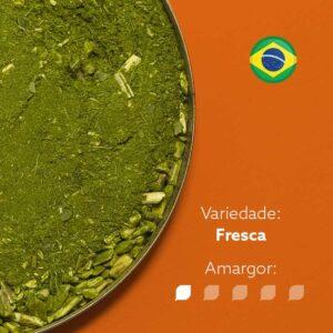Erva-mate campeador dentro de um recipiente metálico ocupando metade da imagem. Bandeira do Brasil circular no canto superior direito. Em escrito: Variedade - Fresca. Amargor 2 de 5 níveis.