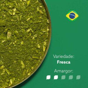 Erva-mate em recipiente metálico ocupando metade da imagem. Bandeira do brasil circular no canto superior direito. Em escrito: Variedade - fresca. Amargor nível 2 de 5.