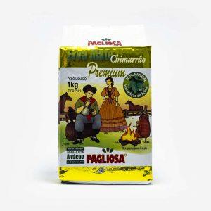 Erva-mate Pagliosa 1 quilo de frente. Pacote branco com detalhes em dourado. Em escrito: Erva-mate Chimarrão Premium. Ao centro imagem de um casal farroupilha gaúcho.