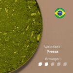 Erva-mate Pagliosa Premium em recipiente metálico ocupando metade da imagem. Fundo marrom claro. Bandeira do Brasil circular no canto superior direito. Em escrito: Variedade - Fresca. Amargor nível 2 de 5.