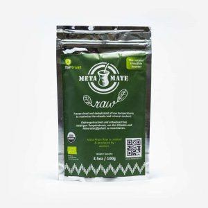 Pacote de Meta Mate Raw em fundo cinza. 100 gramas. Pacote metálico. Ao centro, retângulo verde com as informações da erva-mate. Erva-mate para bebidas ou saladas.