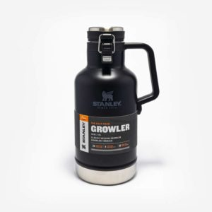 Growler Térmico Com tampa completamente removível e suporte para não perder. Alça larga. Capacidade de 1,9 litros. Para bebidas geladas. Preto com detalhes em inox. Alça de plástico.