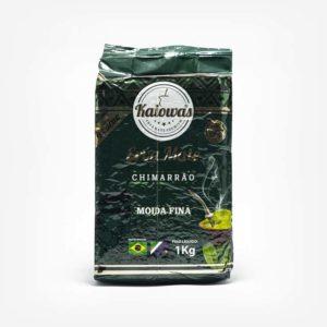 Erva-mate Kaiowas em fundo branco. Erva-mate de 1 quilo com pacote verde escuro. Em escrito: Kaiowas erva-mate premium. Erva-mate de chimarrão moida fina.