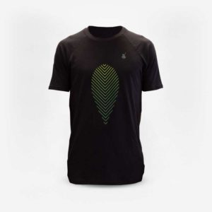 Camiseta preta em Matte N' Roll Ilex. Desenho de uma folha de erva-mate em degradê com amarelo, verde e azul. Folha em linhas diagonais, encontrando-se no centro. Logo do Matte N' Roll pequeno no canto superior direito.