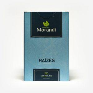 Erva-mate Morandi Raízes em fundo branco. Pacote azul claro com detalhes em azul escuro. Em escrito: Erva-mate Morandi raízes, moagem frossa. 1 kg, embalada a vácuo.