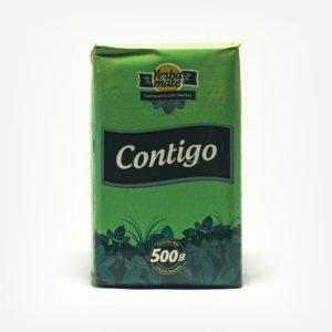 Erva-mate Contigo composta pacote de 500 gramas em fundo branco. Pacote verde pastel com logo escrita em branco. Faixa verde ao fundo da logo. Em escrito: Yerba Mate, Contigo. 500 gramas.