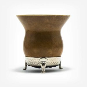 Cuia de Porongo pequena em fundo branco. Cuia com pé em alumínio. Cuia ideal para um mate individual ou compartilhado a dois.