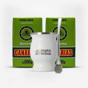 Kit uma cuia inox branca, uma bomba inox e duas erva-mates canarias serena em fundo branco de frente. Ervas canárias de 500 gramas. Pacotes verde claro com faixa verde.