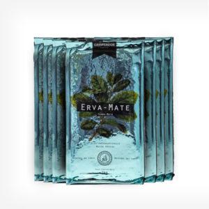 Pacotes de Erva-mate Campeador 1 quilo. Pacote azul claro laminado. Folha de erva-mate em verde laminado Em fundo preto, escrito Erva-mate. Padrão Moída Grossa.