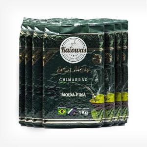 Pacotes de Erva-mate Kaiowas em fundo branco. Erva-mate de 1 quilo com pacote verde escuro. Em escrito: Kaiowas erva-mate premium. Erva-mate de chimarrão moida fina.
