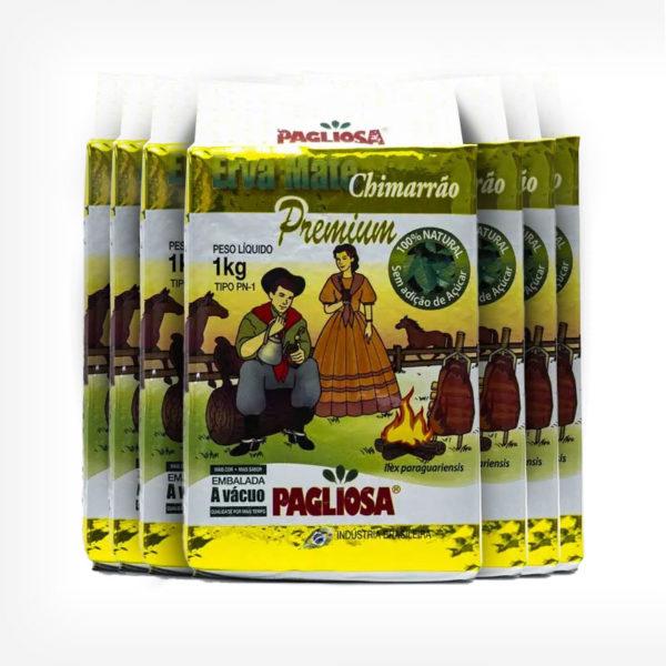 Pacotes de Erva-mate Pagliosa 1 quilo de frente. Pacote branco com detalhes em dourado. Em escrito: Erva-mate Chimarrão Premium. Ao centro imagem de um casal farroupilha gaúcho.