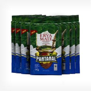 Pacotes Erva-mate Pantanal 1 quilo. Pacote em 3 cores de cima para baixo. Verde, branco e Azul respectivamente. Cuia de Chimarrão Grafada no centro. Em escrito: Erva-mate Moída Grossa 100% nativa.