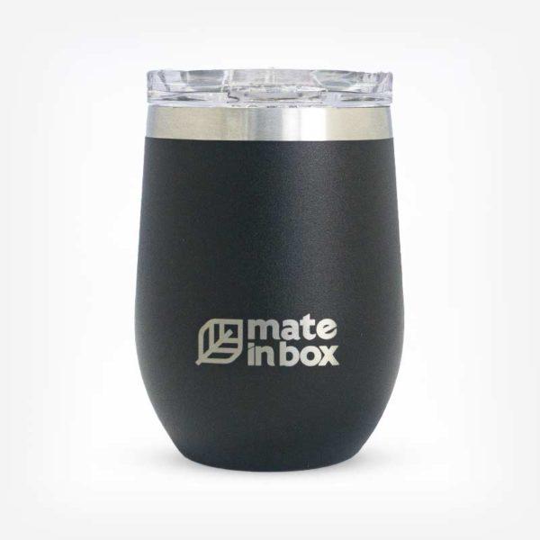 Cuia e copo térmico com tampa Chaco em fundo branco. Produto em formato cilindrico na cor preta com a logo Mate in Box ao centro inferior. Detlahe de uma faixa inox na parte superior, no bocal.
