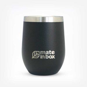 Cuia e copo térmico Chaco em fundo branco. Produto em formato cilindrico na cor preta com a logo Mate in Box ao centro inferior. Detlahe de uma faixa inox na parte superior, no bocal.