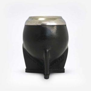 Cuia de Porongo Coquinho com base em formato de torpedo revestida em couro preto em fundo branco. Detalhe de alumínio na parte superior.