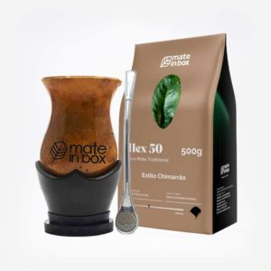Na imagem está presente um kit de chimarrão com cuia de porongo mais bomba e pacote de erva-mate de 500 gramas.