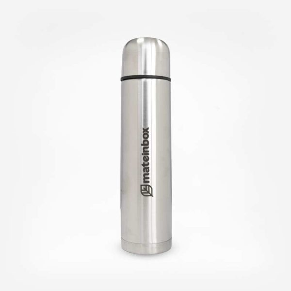 Garrafa Térmica de aço inox cilíndrico em fundo branco. Garrafa toda em inox com logo e nome da marca ao centro em letras pretas. Detalhe de uma listra preta na divisão garrafa e tampa.