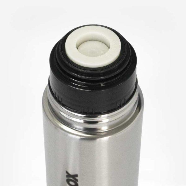 """Foto detalhe na parte do bocal da garrafa, onde tem um sistema abre e fecha ao apertar a parte branca da garrafa. Botão escrito: """"Close"""" - Fechar."""