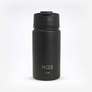 Tumbler é uma garrafinha com infusor para chás em fundo branco. Sua cor é preta com letras brancas. Em escrito: Pacco. 350ml.