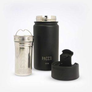 Garrafa, infusor e tampa separados em fundo branco. Infusor de inox com vários furinhos para colocação de chás, erva-mate ou até um sachê de chá.