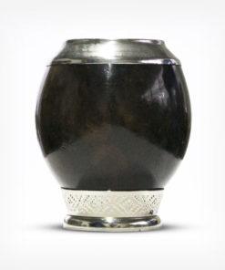 Cuia de Porongo Coquinho Uruguaia em fundo branco. Cuia ornamentada em aço inox tanto na parte superior quanto na base. Duas cores disponíveis, sendo ela marrom clara e marrom escura.